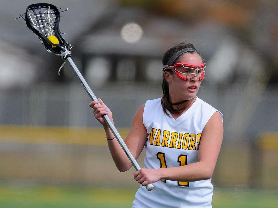 Wantagh's Catie Ingrilli looks to make a pass