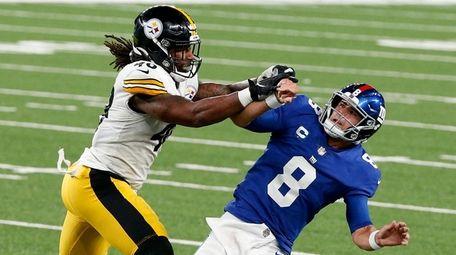 Daniel Jones of the Giants is pressured by