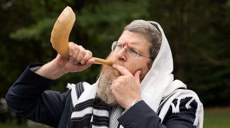 Rabbi Mendy Heber blow the shofar horn ahead