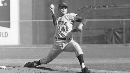 Mets pitcher Tom Seaver throws against the