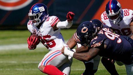 Giants running back Saquon Barkley (26) tries to