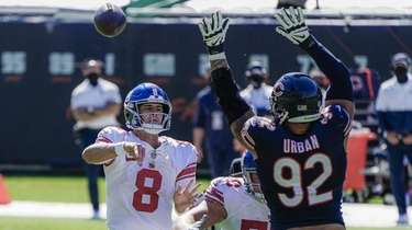 Giants quarterback Daniel Jones pases over Chicago Bears