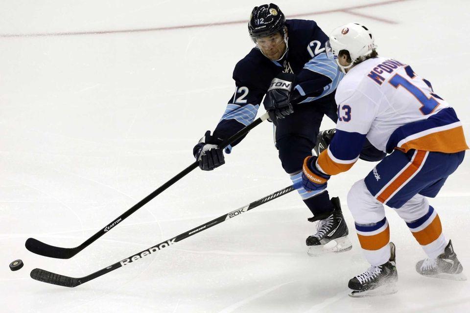 Pittsburgh Penguins' Jarome Iginla passes against Islanders' Colin