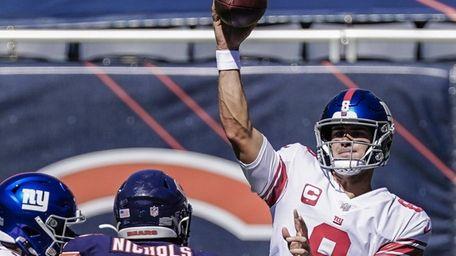 Giants quarterback Daniel Jones pases over Chicago Bears