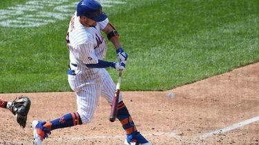 New York Mets third baseman J.D. Davis hits