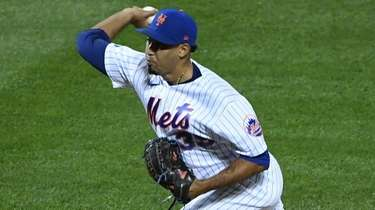 Mets relief pitcher Edwin Diaz delivers against the