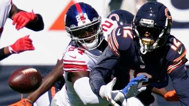 Giants cornerback James Bradberry (24) defends Chicago Bears