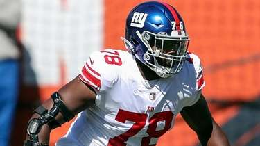 Giants offensive tackle Andrew Thomas looks to block