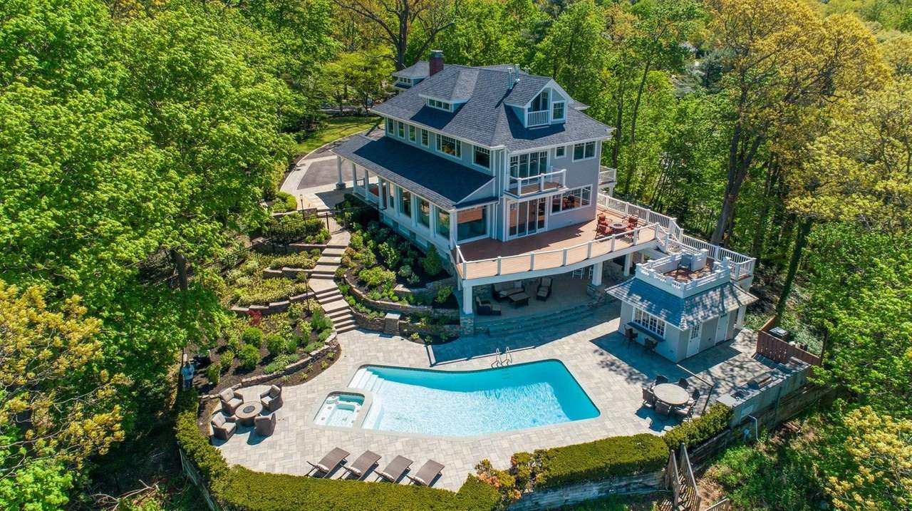 LI home sold on TikTok for $3.12M, well over $2.995M asking price