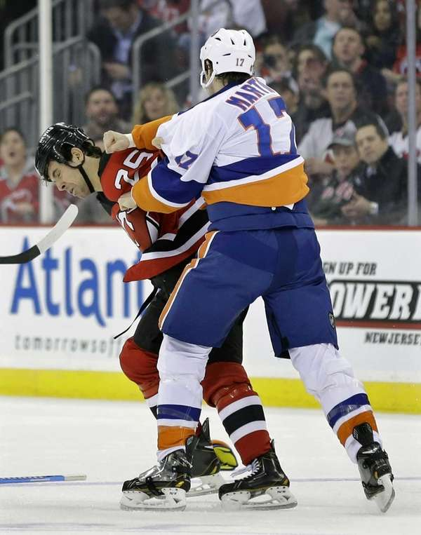 New York Islanders' Matt Martin (17) and New