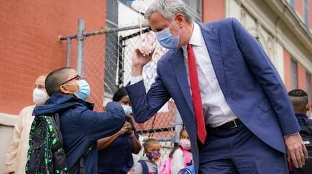 New York Mayor Bill de Blasio greets the students