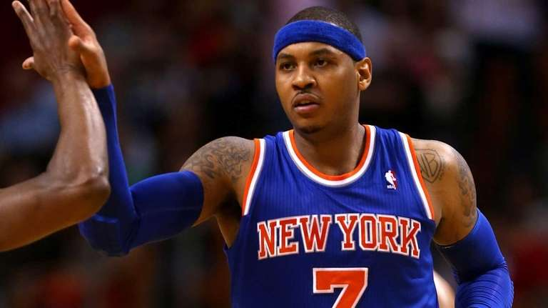 Carmelo Anthony of the Knicks high fives teammates