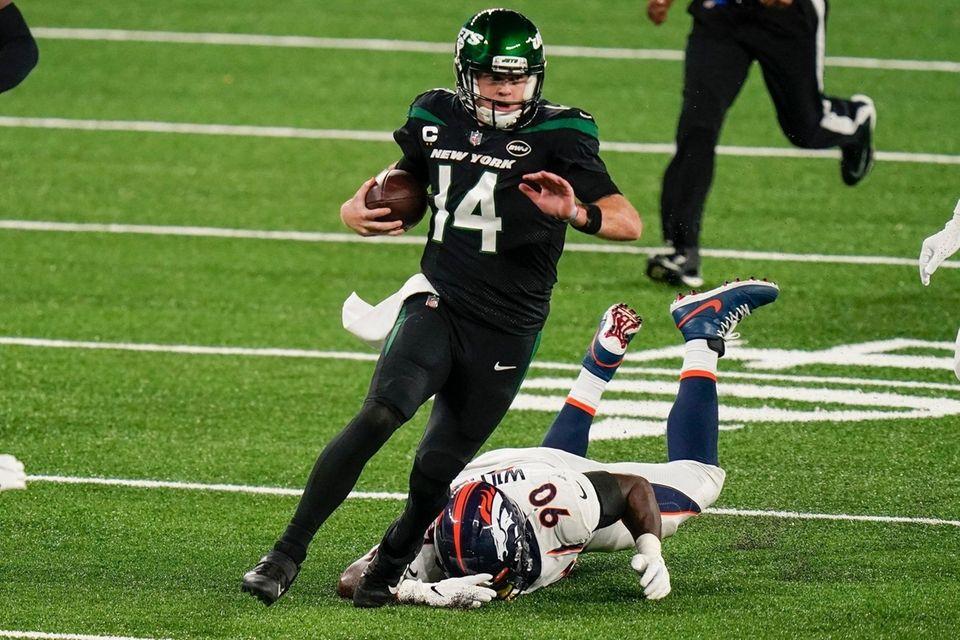 New York Jets quarterback Sam Darnold (14) gets