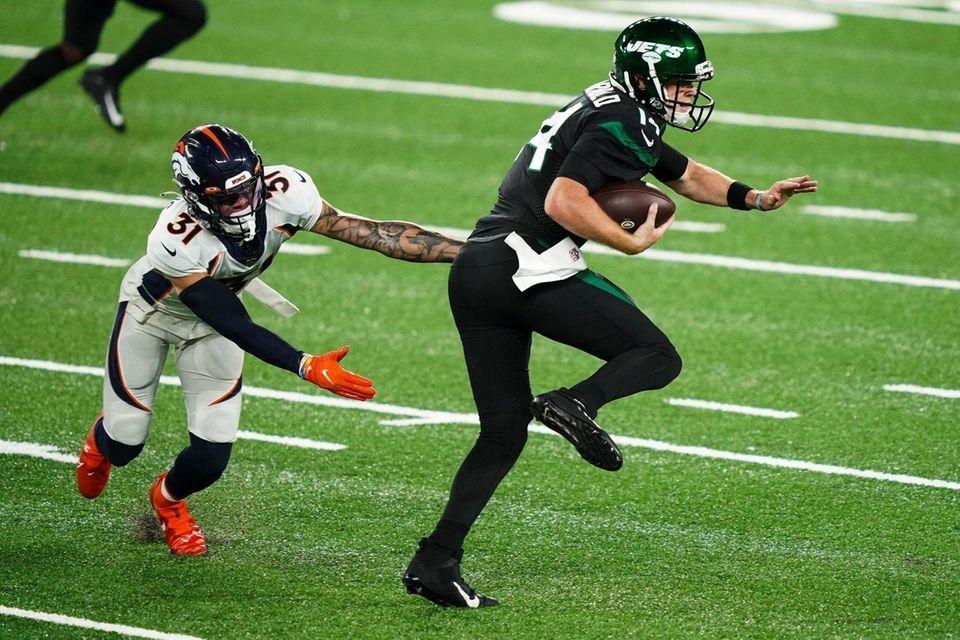 New York Jets quarterback Sam Darnold (14) breaks