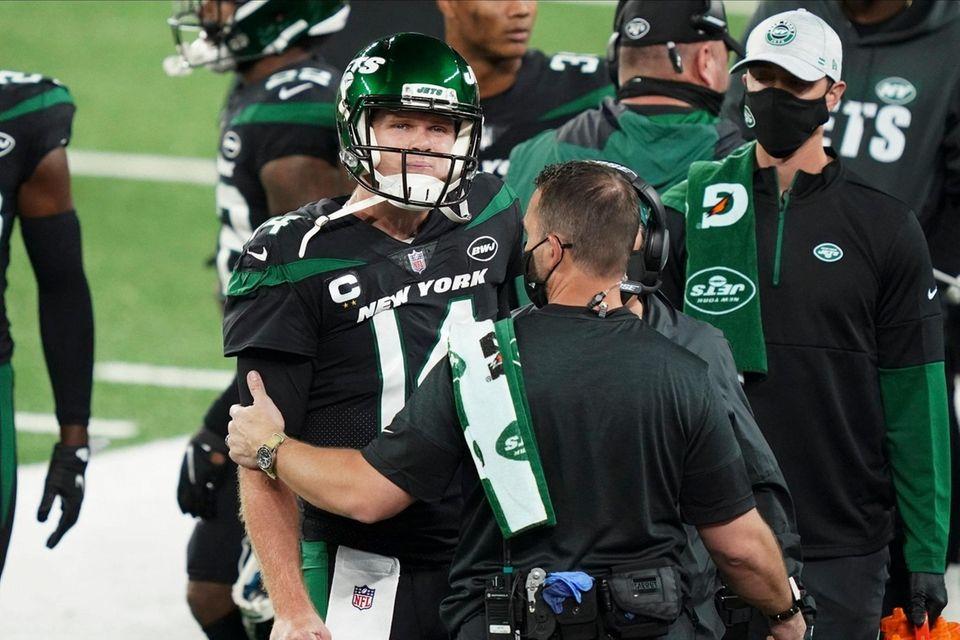 Trainers check on New York Jets quarterback Sam