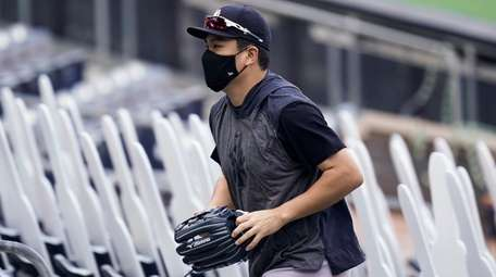 Yankees pitcher Masahiro Tanaka leaves the field after