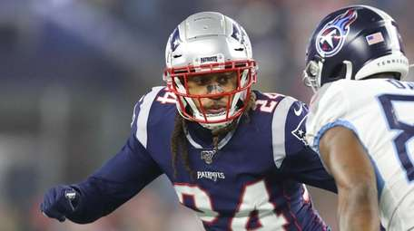 Stephon Gilmore of the Patriots covers Corey Davis