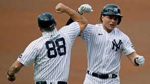 New York Yankees first baseman Luke Voit, right,