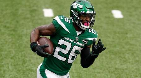 Le'Veon Bell #26 of the Jets runs the