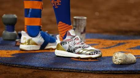 The custom 9/11 cleats created for the Mets
