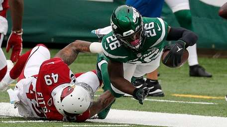 Le'Veon Bell #26 of the Jets dives for