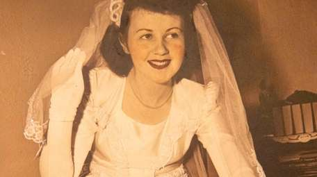 Evelyn Braet on her wedding day in 1945.