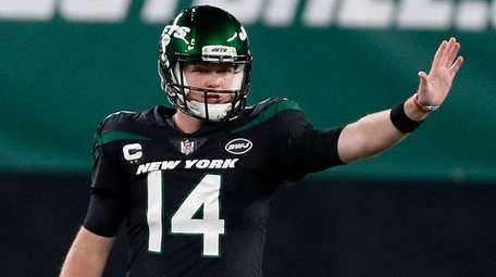 Sam Darnold #14 of the Jets prepares for