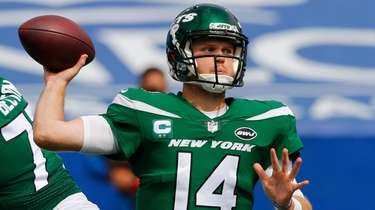 Jets quarterback Sam Darnold throws a pass during