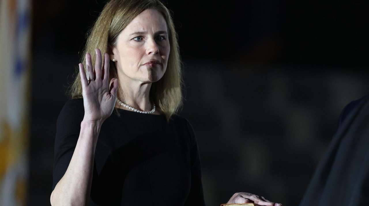 Clarence Thomas swears in Amy Coney Barrett as