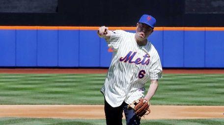 New York City mayor Bill de Blasio throws