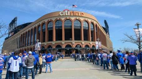 Mets fans wait in line for Opening Day