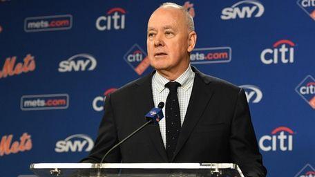 Mets general manager Sandy Alderson speaks at a