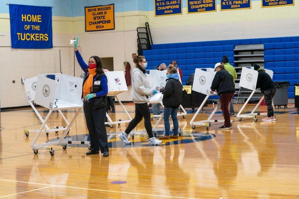 Voters cast their vote at Mattituck-Cutchogue Jr. Sr.