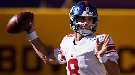 Giants quarterback Daniel Jones passes the ball in