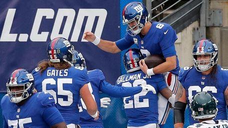 Daniel Jones #8 of the Giants celebrates his