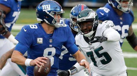 Daniel Jones #8 of the Giants runs the