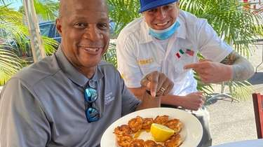 Former Met Darryl Strawberry dines at Robke's in