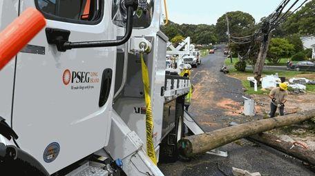 PSEG crews work on Brunswick Road in Lake