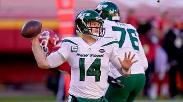 New York Jets quarterback Sam Darnold (14) throws