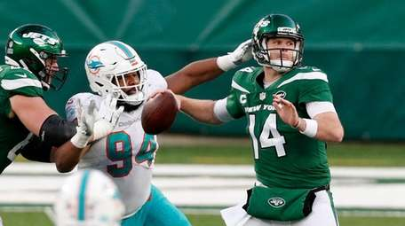 Sam Darnold #14 of the Jets throws a