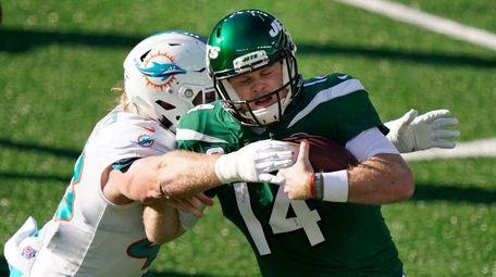 Miami Dolphins' Andrew Van Ginkel, left, tackles Jets
