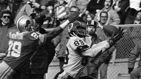 Alvin Garrett (89) of Washington catches yet another