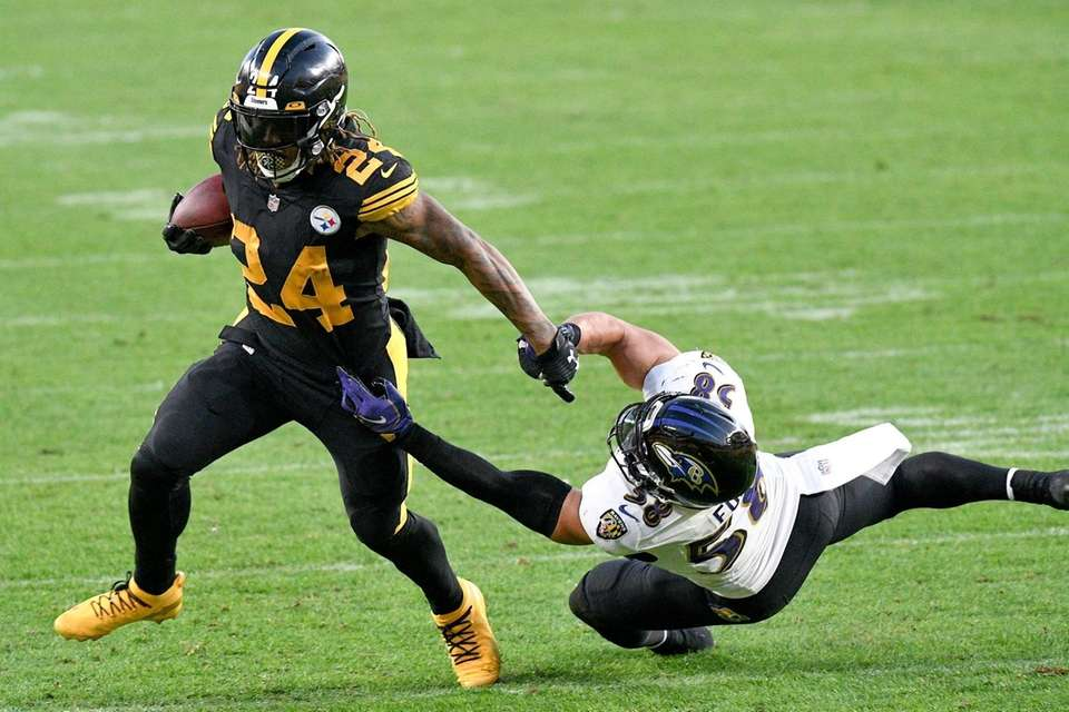 Pittsburgh Steelers running back Benny Snell (24) runs