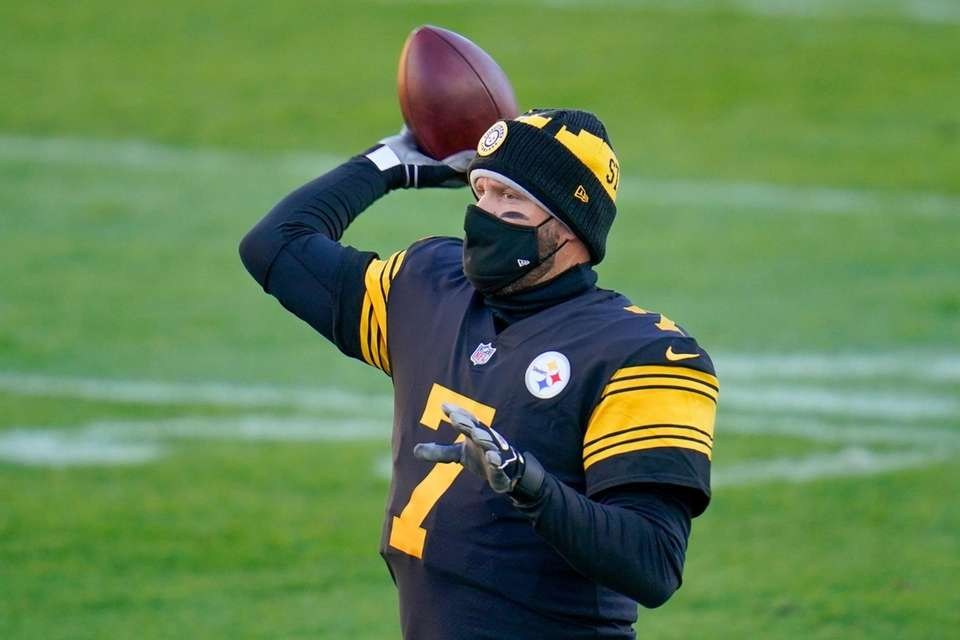 Pittsburgh Steelers quarterback Ben Roethlisberger (7) warms up