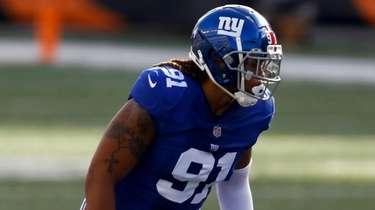 Giants defensive end Jabaal Sheard plays the field