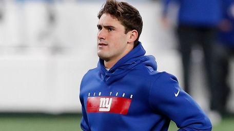 Daniel Jones of the New York Giants warms