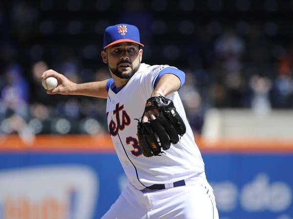 Dillon Gee pitches for the Mets during a