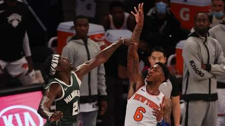 Elfrid Payton #6 of the Knicks shoots the