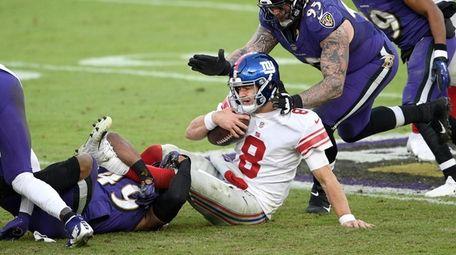 Giants quarterback Daniel Jones (8) is sacked by