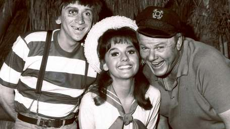 Dawn Wells, center, poses with fellow cast members